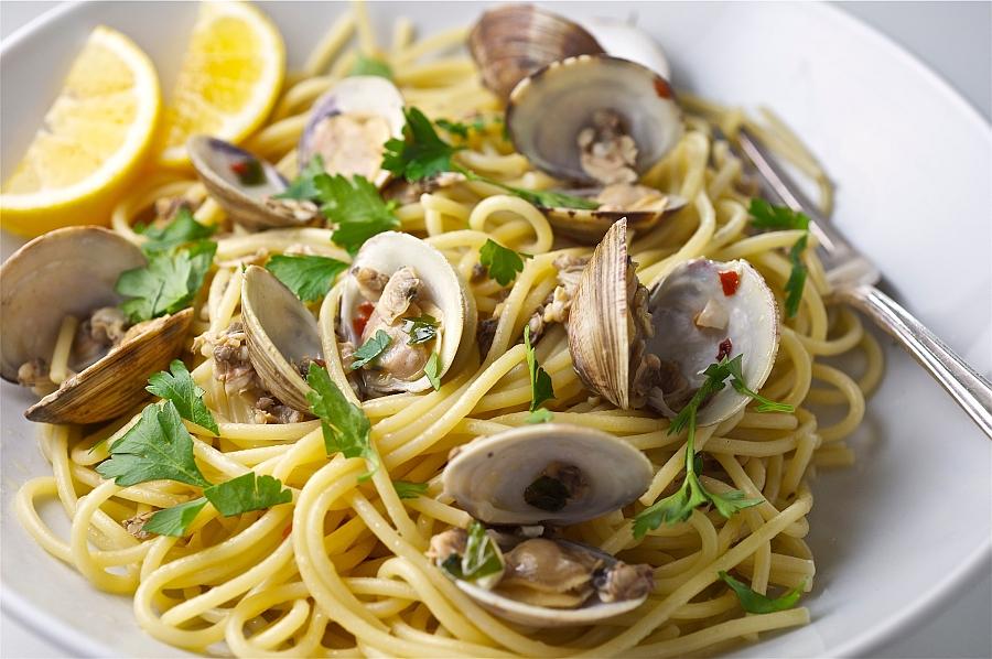Ricetta spaghetti con le vongole cucina napoletana for Ricette primi piatti originali