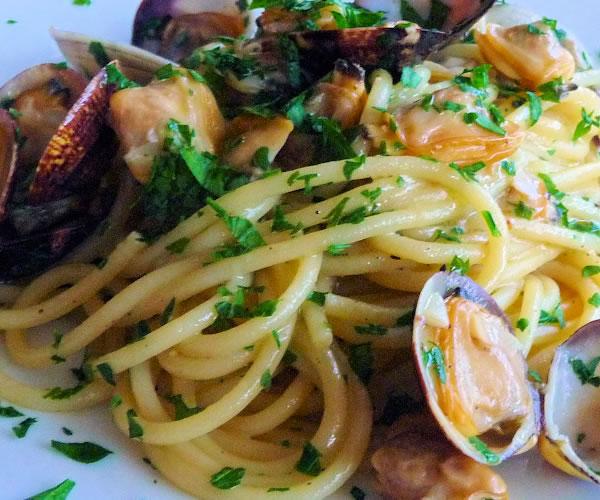 Ricetta spaghetti con le vongole cucina napoletana napoli da vivere - Ricette cucina napoletana ...