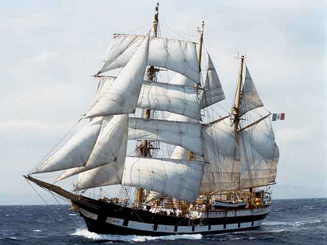 La Nave Amerigo Vespucci torna a Castellammare di Stabia dove fu costruita