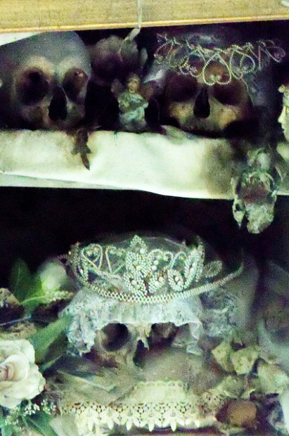 teschio di Lucia, ornato di una preziosa corona e di un velo da sposa