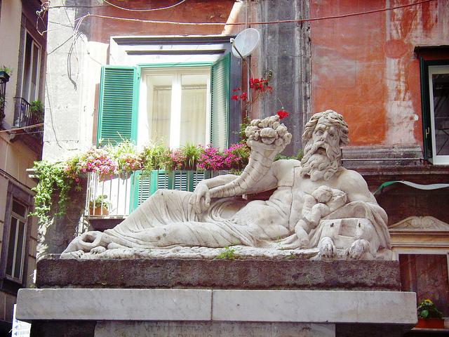 La statua del Nilo al centro storico di Napoli. Foto (CC) kevanport su Flickr