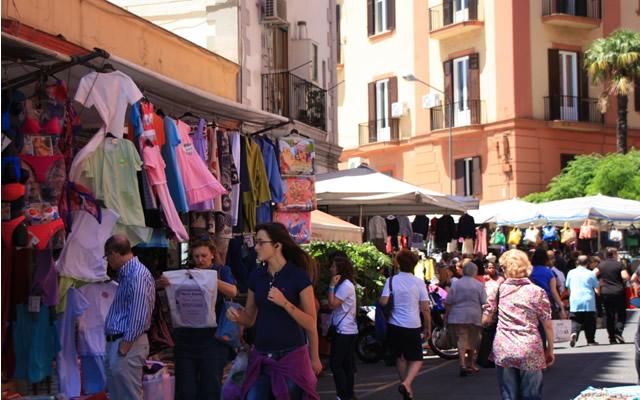 4ff357f7d1bc 5+1 Mercatini dell'abbigliamento a Napoli per uno shopping low cost ...