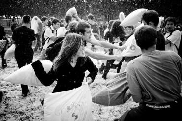 Pillow Fight a Napoli: La lotta con i cuscini a piazza del Gesù