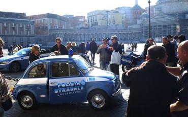 A Napoli una vecchia Fiat 500 della Polizia Stradale con il Presepe