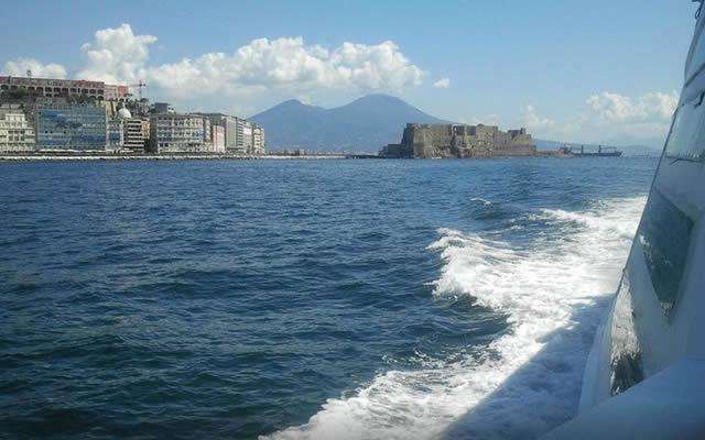 Batò Muscio il battello low cost nelle acque del Golfo di Napoli