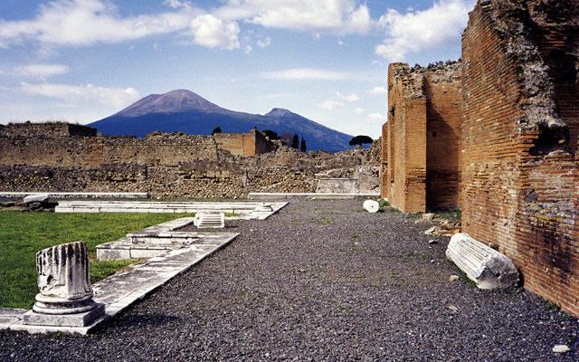 Scavi di Pompei riportati alla luce 2 sepolcri