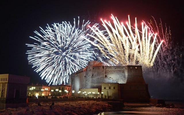Risultati immagini per fuochi d'artificio lungomare napoli