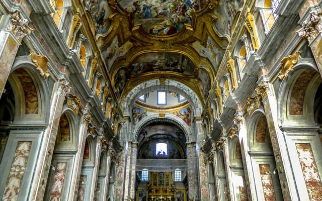 Visita Guidata Notturna Teatralizzata del Touring alla Chiesa dei Santi Severino e Sossio