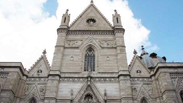 La facciata anteriore del Duomo di Napoli