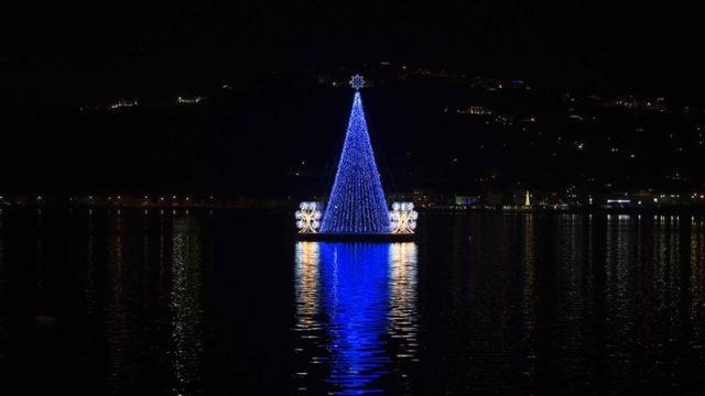 L'albero di Natale blu sul lago Miseno di Bacoli