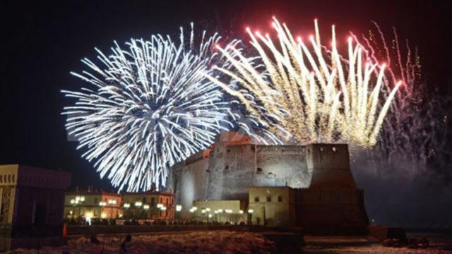 I fuochi d'artificio sul lungomare di Napoli