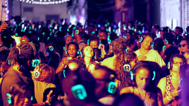 Silent-Party-in-Piazza-Plebiscito-a-Napoli-si-ballerà-sotto-le-stelle-con-la-musica-in-cuffia.jpg