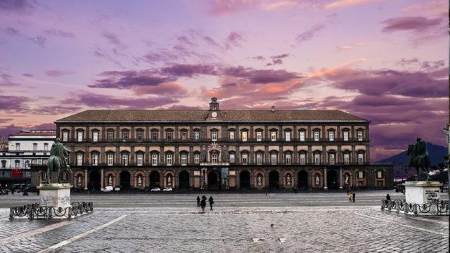 Palazzo reale di Napoli fotografato al tramonto