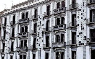 Cruciverba gigante sulla facciata del Grand Hotel Parker's di Napoli
