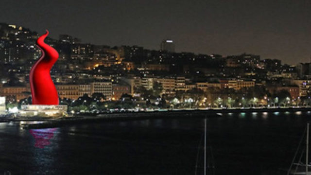 Corno rosso alto 60 metri sul Lungomare di Napoli