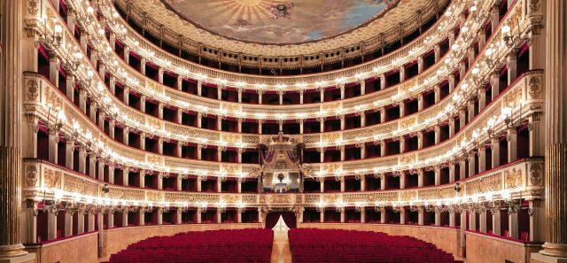 Una panoramica del Teatro di San Carlo a Napoli