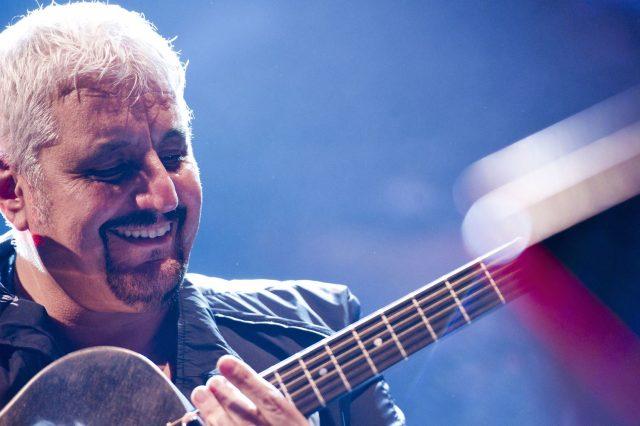 Pino Daniele mentre suona la chitarra