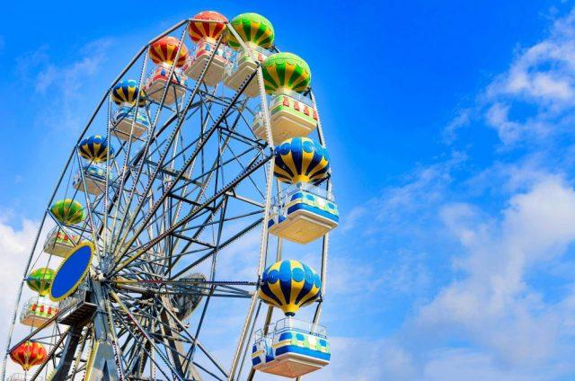 una ruota panoramica colorata