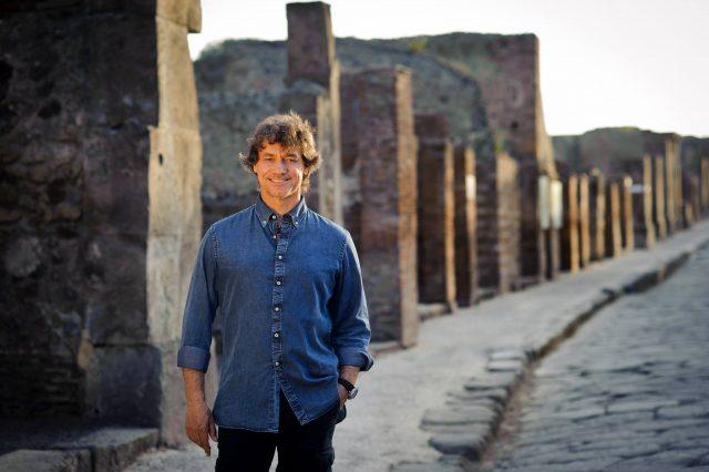 alberto angela con lo sfondo degli scavi di pompei