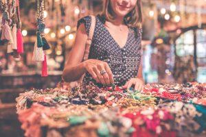 Donna compra regali di natale ai mercatini di natale