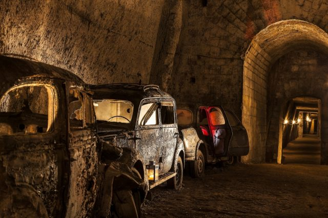 Auto d'epoca nella Galleria Borbonica a Napoli