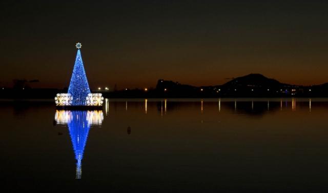 L'albero di Natale galleggiante sul lago Miseno