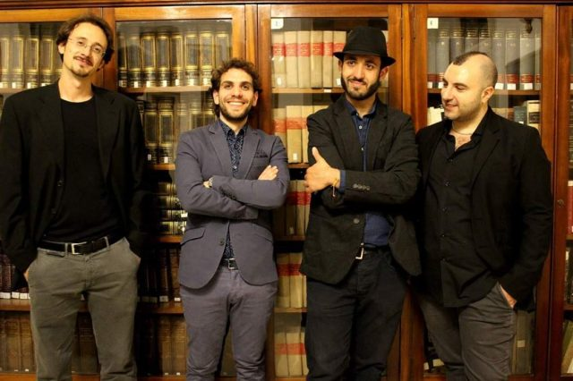 Il quartetto di quartieri jazz in una libreria