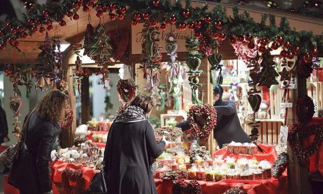 ragazze che comprano ai mercatini di Natale