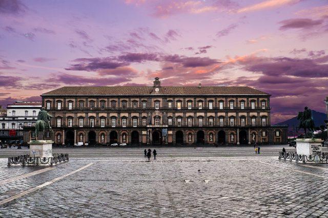 Palazzo Reale di Napoli al tramonto
