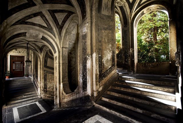 Le scale di Palazzo dello Spagnolo a Napoli