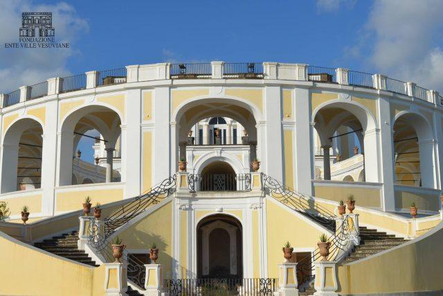la facciata di una villa vesuviana