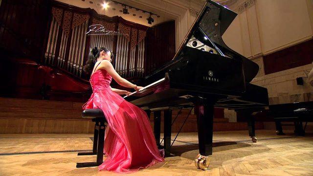 Yasuko Furumi al pianoforte
