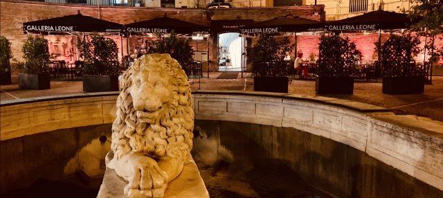 l'ingresso della Galleria Leone Napoli