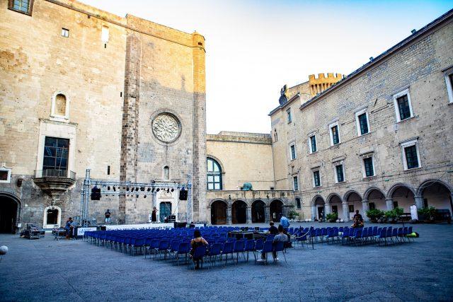 Ridere il Festival del Teatro Comico nel Cortile del Maschio Angioino a  Napoli   Napoli da Vivere