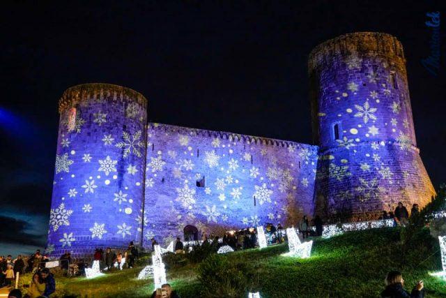 l'esterno del castello di lettere illuminato
