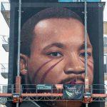 Jorit nel momento della creazione del murales dedicato a Martin Luther King