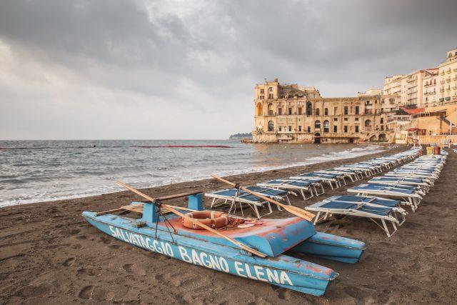Palazzo donn'anna e il mare