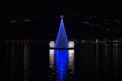 Albero-di-Natale-luminoso-sullacqua-del-lago-di-Miseno.jpg