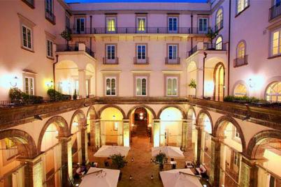 Aperitivo-in-Rosso-Ferrari-al-Palazzo-Caracciolo-di-Napoli.png