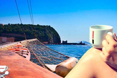 Caffè-sospeso-sul-Veliero-Kimbo-nel-Golfo-di-Napoli.jpg