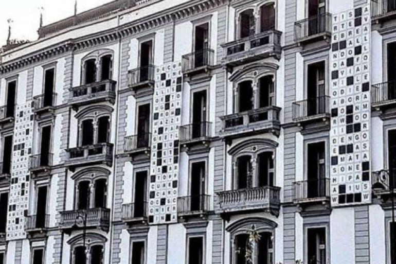 Cruciverba-gigante-sulla-facciata-del-Grand-Hotel-Parker's-di-Napoli.jpg