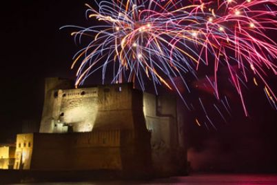 Fuochi-dArtificio-a-Castel-dellOvo-per-la-Festa-della-Liberazione--e1462089323143.jpg