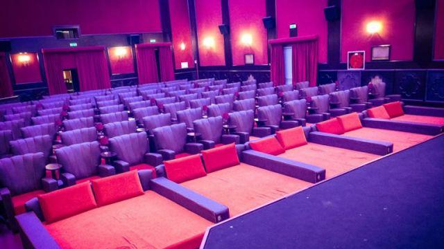 Hart-Cheap-Chic-Cinema-con-i-divani-e-letti-a-6-euro.jpg