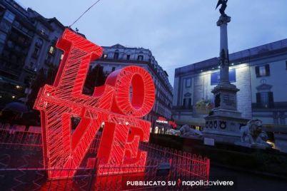 Le-luci-di-San-Valentino-da-via-Calabritto-a-Piazza-dei-Martiri.jpg
