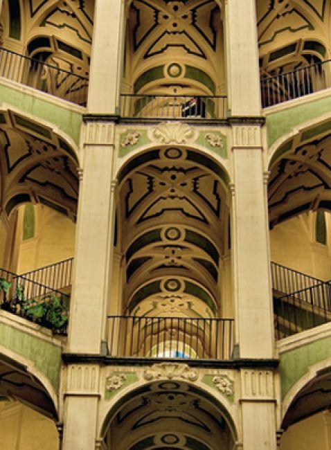 Lo-scalone-del-palazzo-dello-Spagnolo.jpg