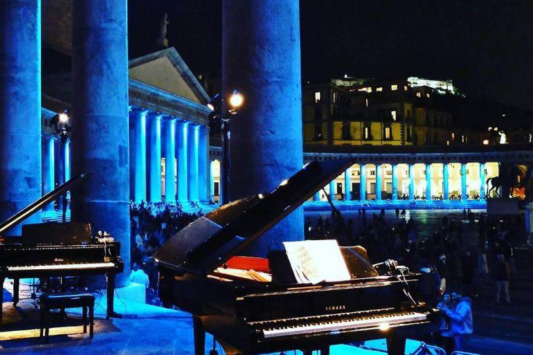 Piano-City-Napoli-2018-21-pianisti-in-Concerto-a-Piazza-Plebiscito.jpg