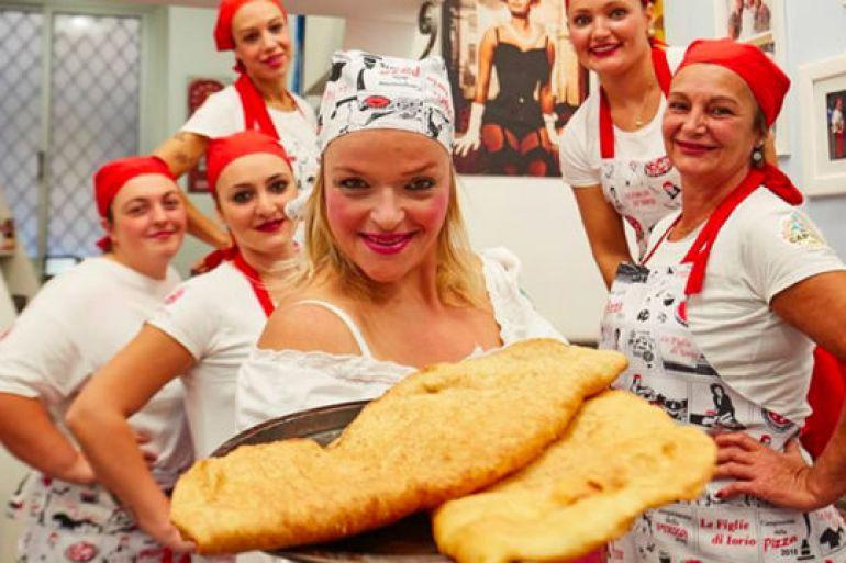 Pizza-fritta-della-maestra-pizzaiola-Teresa-Iorio-da-RossoPomodoro-sul-Lungomare.jpg
