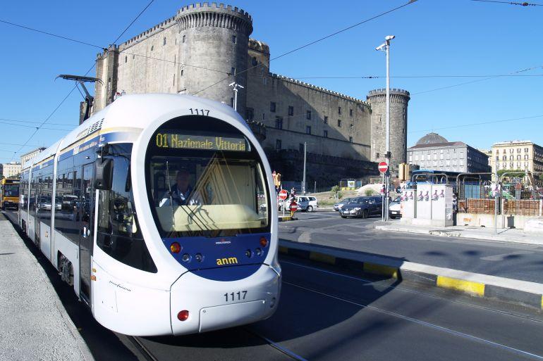 Ritornano-i-Tram-a-Napoli-su-via-Marina-e-verso-San-Giovanni.jpg