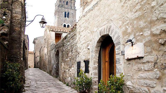 Serate-al-Borgo-teatro-gratuito-nel-Borgo-Medievale-di-Casertavecchia.jpg