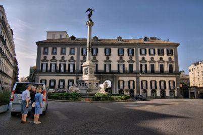 Sfilata-di-Moda-a-Piazza-dei-Martiri-a-Napoli.jpg
